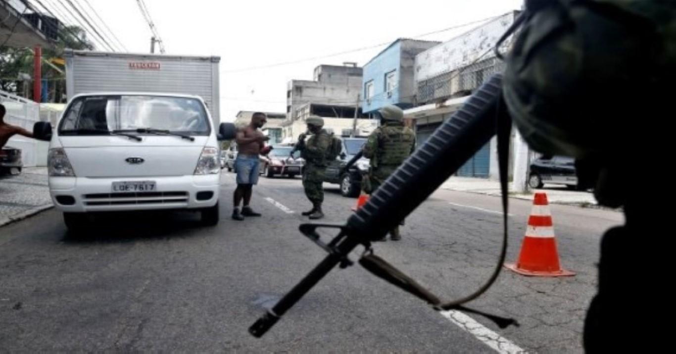 Rio de Janeiro - Militares do Exército, da Marinha e Aeronáutica fazem uma operação de abordagem a veículos em acessos a rodovias federais e em vias expressas do Rio de Janeiro (Tânia Rêgo/Agência Brasil)
