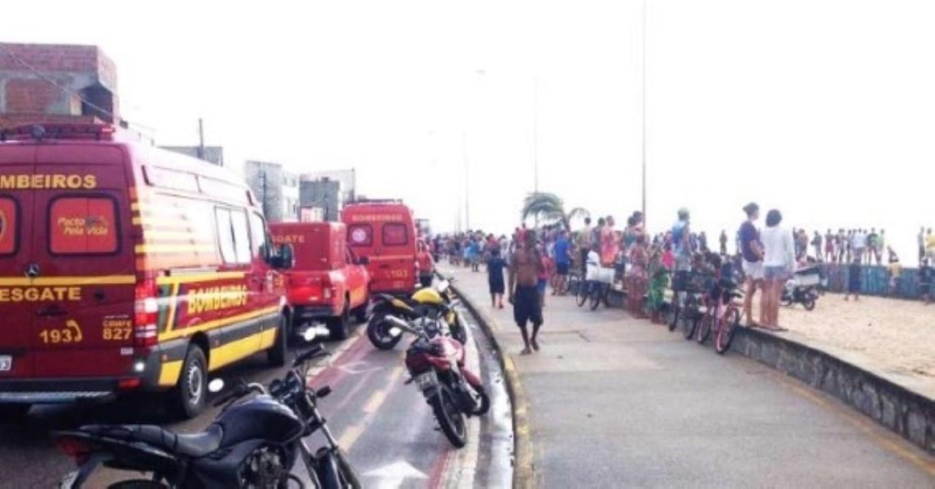 Resultado de imagem para Um helicóptero caiu, na manhã desta terça-feira (23), na Praia do Pina, na Zona Sul do Recife