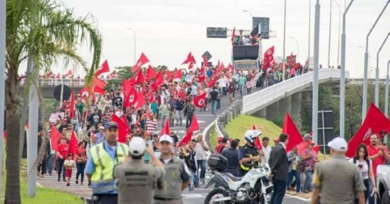 Manifestantes ocupam a Praça da Sé contra projeto da reforma da Previdência
