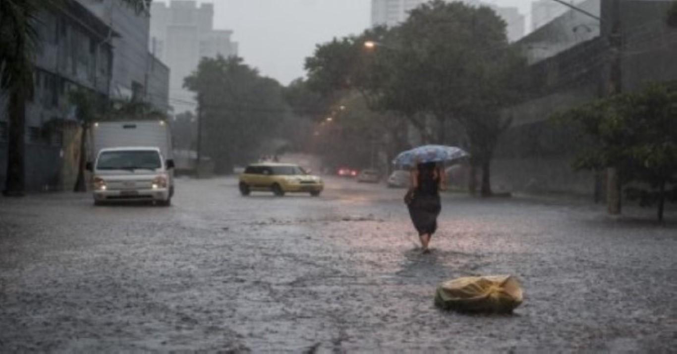 Chuvas alagam cidades e interditam rodovia no interior de São Paulo