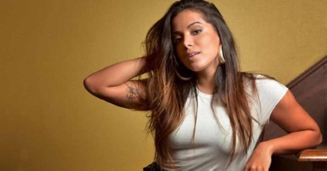 Anitta fala sobre a sua bissexualidade e diz que amigos gays temem governo de Bolsonaro. Anitta, 26, falou nesta quinta-feira (11) abertamente sobre a sua bissexualidade. Em entrevista ao site espanhol Shangay