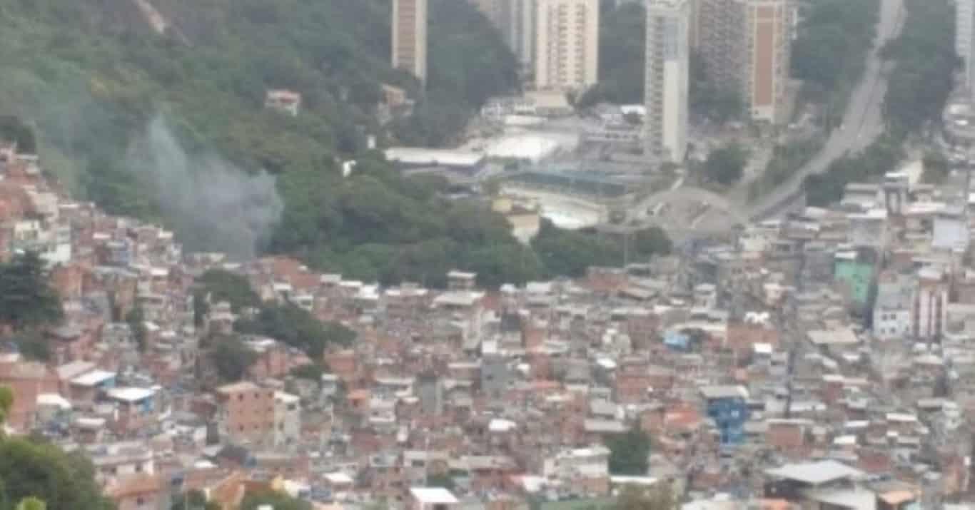 Mãe e filho são resgatados após desabamento de casa na comunidade Vila Sapê