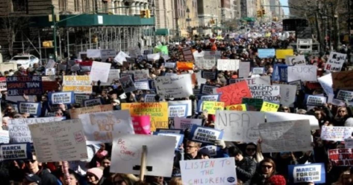 Manifestantes pedem Justiça após morte de jovem por segurança