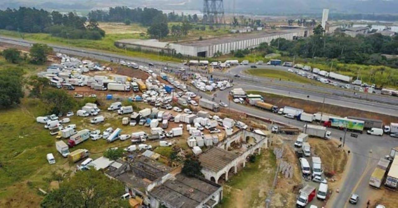 Resultado de imagem para imagens da GREVE DOS CAMINHONEIROS TEVE IMPACTO DE R$ 15 BI NA ECONOMIA