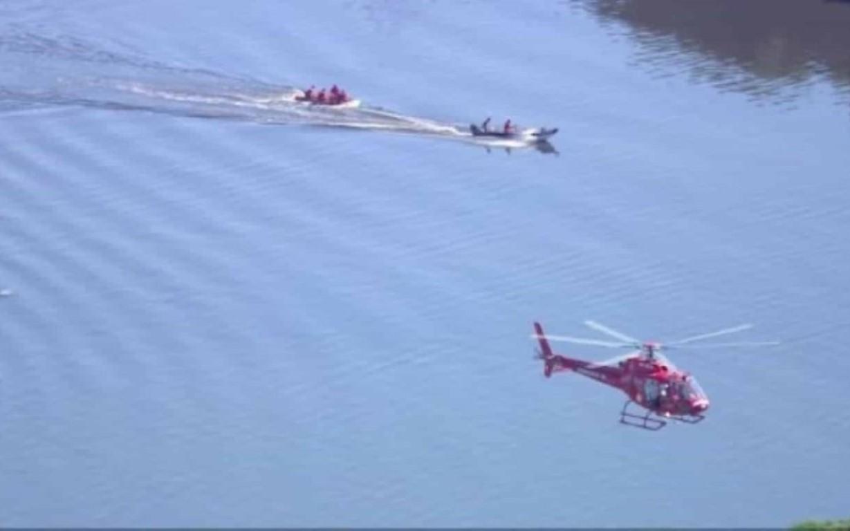 Um policial militar morreu na queda de um helicóptero da corporação na manhã desta segunda-feira (14) na Baía de Guanabara. O sargento Felipe Marques
