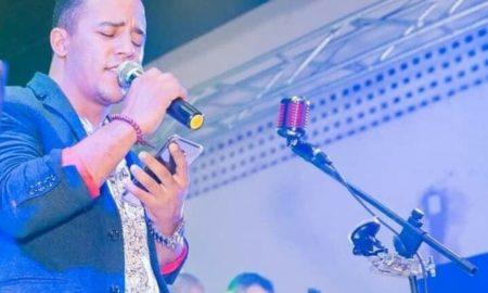 Um cantor sertanejo de 26 anos morreu no sábado (17) após um acidente em Barra do Garças, a 516 km de Cuiabá. Bruno Rayone Douglas Carvalho Souza pilotava uma motocicleta que atingiu um caminhão, segundo a polícia. O acidente ocorreu no sábado à tarde na Rua Coxipó, esquina com a Avenida Araguaia, no bairro Jardim Araguaia Dois. Bruno chegou a ser socorrido e levado pelo Corpo de Bombeiros para a Unidade de Pronto Atendimento (UPA), mas não resistiu aos ferimentos e morreu. O caminhão envolvido no acidente era conduzido por um homem de 54 anos. Ele contou à polícia que estava na Avenida Araguaia e, quando chegou na convergência para pegar a Rua Coxipó, bateu na moto, que ficou debaixo do caminhão. O motorista permaneceu no local até a chegada do socorro e depois foi até a central de atendimento da Polícia Militar para prestar esclarecimentos. A Polícia Civil apura a circunstância da ocorrência.