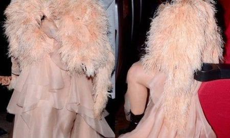 Cleo se cobre de plumas rosas para estreia de filme que protagoniza
