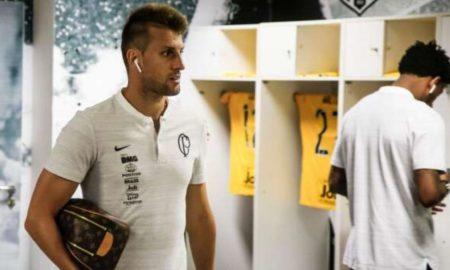 Corinthians libera Henrique para acertar com time dos Emirados Árabes.