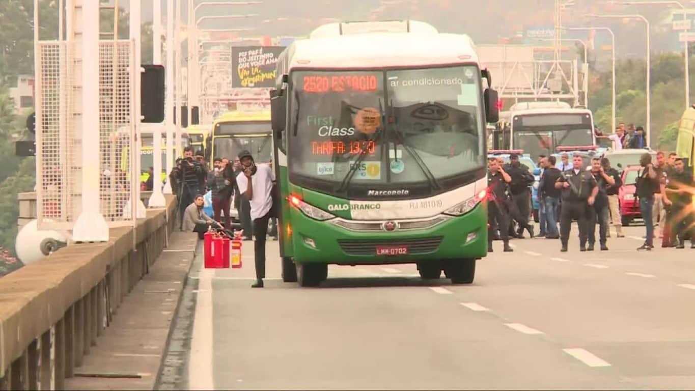 Um homem armado e com gasolina faz reféns dentro de um ônibus desde as 6h desta terça-feira (20) na Ponte Rio-Niterói, que está fechada em ambos os sentidos.