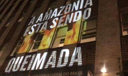 Projeção no consulado brasileiro em NY alerta para questão indígena e Amazônia