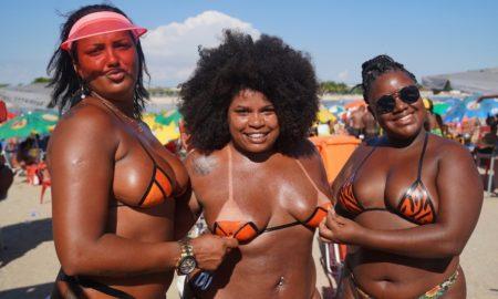 Verão Carioca: Biquíni de fita isolante entra na moda neon e faz sucesso no Piscinão de Ramos
